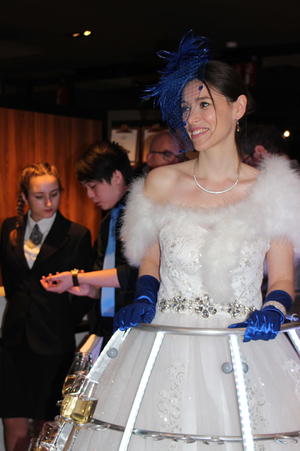 Robe à champagne tenue blanche et bleue - Agence Butterfly