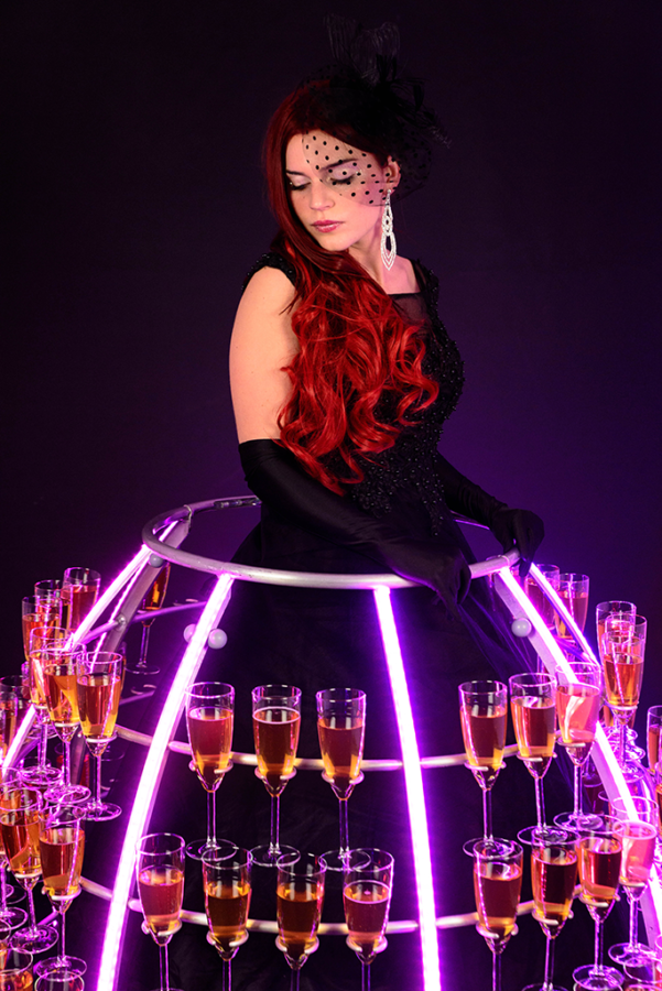 Robe à champagne tenue noire avec eclairage LED rose - Agence Butterfly