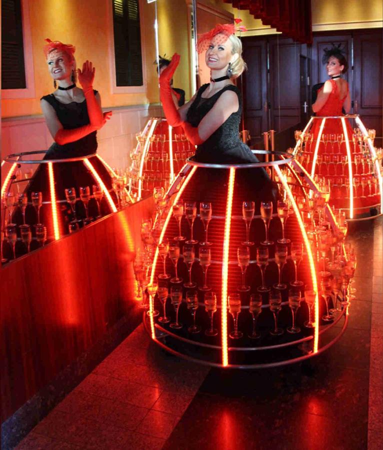 Robe à champagne au Kasino Fhehel tenue rouge et noire - Agence Butterfly