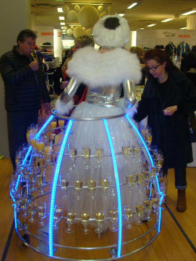 Robe à champagne Polaire - service des boissons dans un magasin - Agence Butterfly