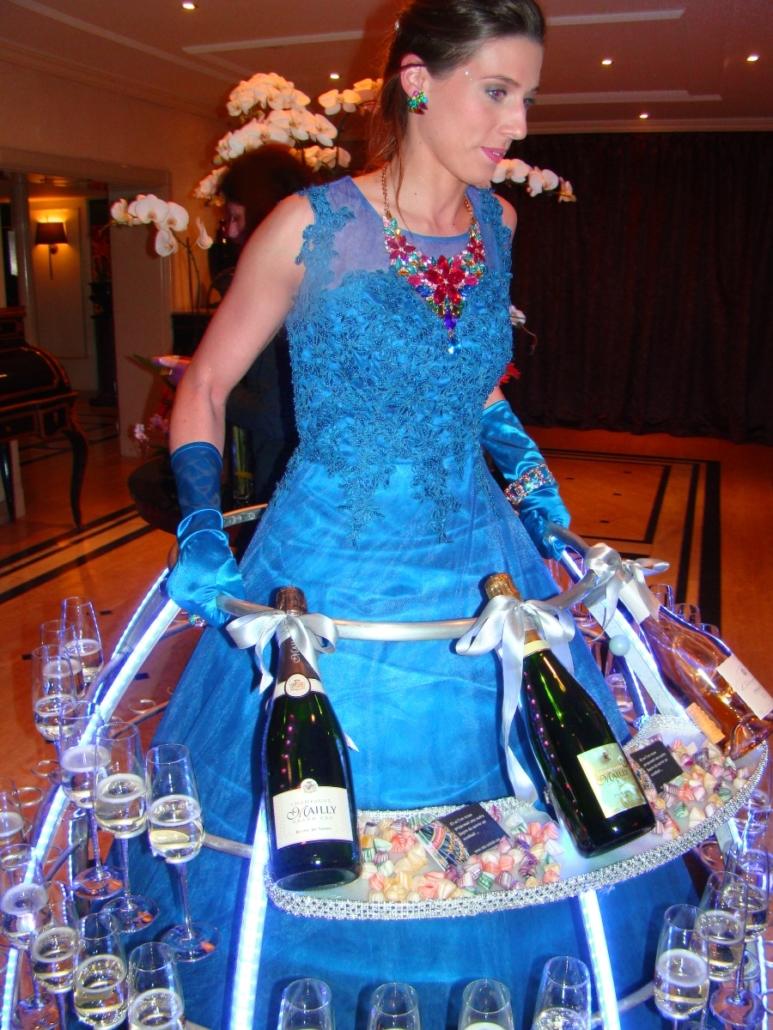 Robe à champagne avec plateaux tenue bleue - Agence butterfly