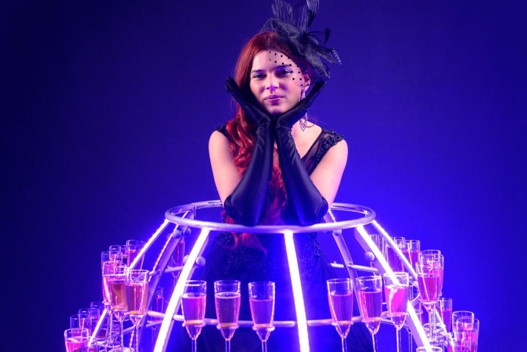 Robe à champagne tenue noire avec chapeau - Agence Butterfly
