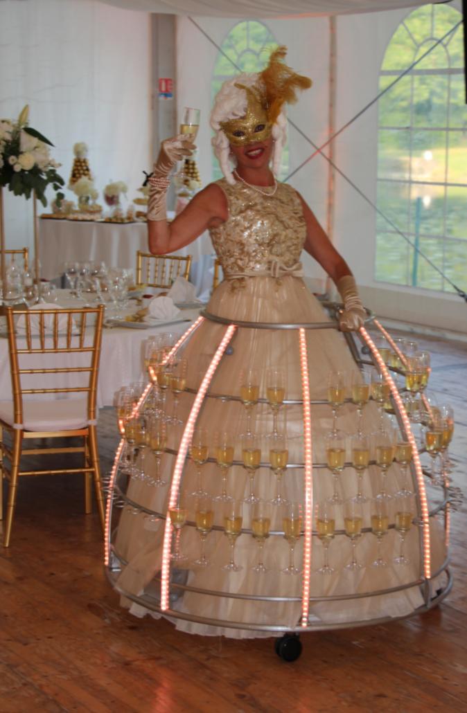 Robe à champagne tenue dorée avec loup - Agence Butterfly