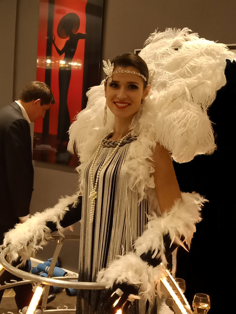 Portrait tenue Gatsby avec plumes - Robe champagne - Agence Butterfly