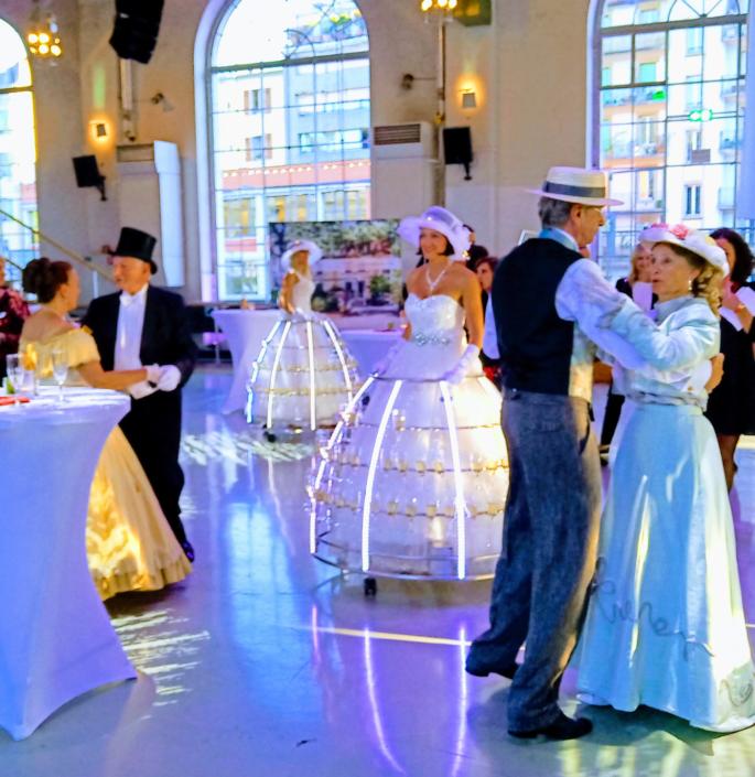 Robe champagne avec danseurs en costumes d'époque - Agence Butterfly