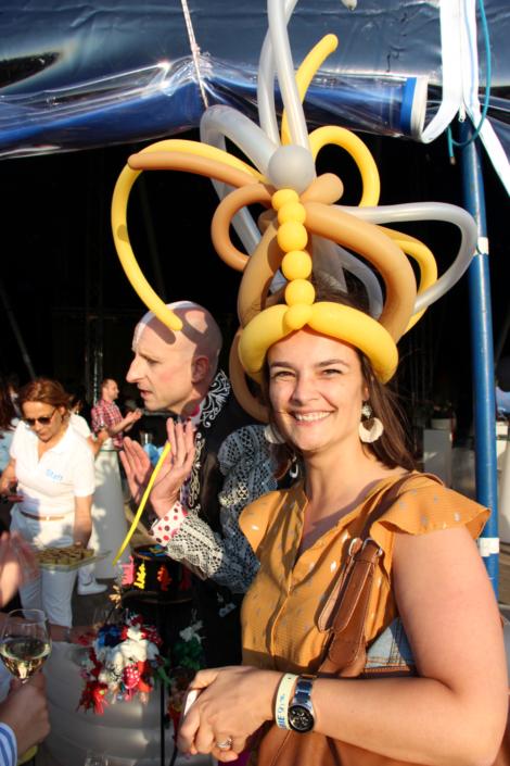 Sculpture de ballons avec ceation d'un chapeau - animation propose par Agence Butterfly