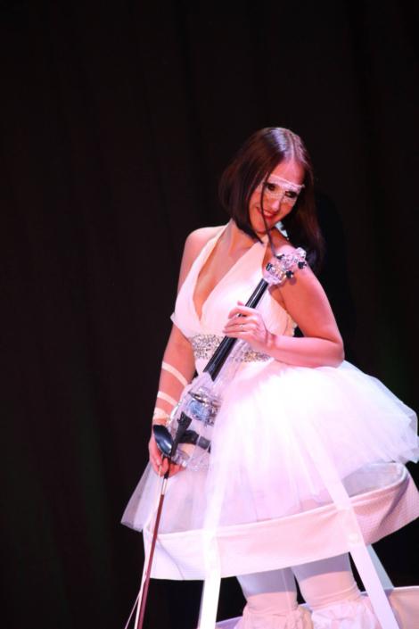 Une violonniste sur échasse se fera très vite remarquer lors de votre évènement - Agence Butterfly