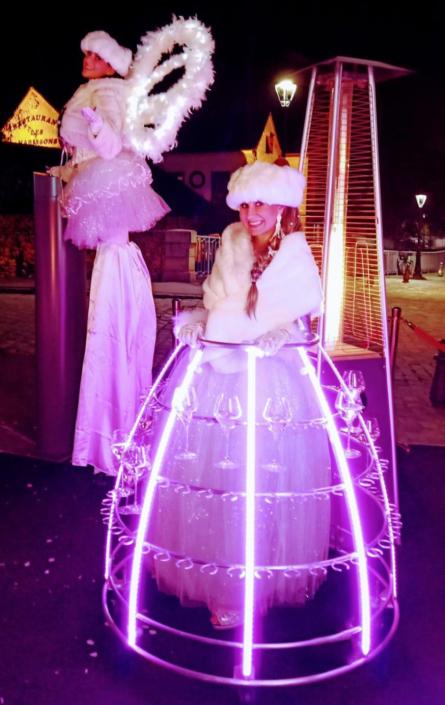 Accueil en extérieur par échassiére et robe à champagne - Agence Butterfly