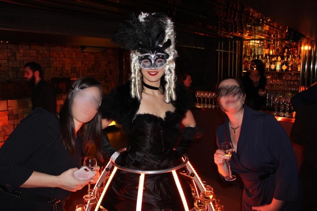 Robe à champagne - Tenue noire avec loup par Agence Butterfly
