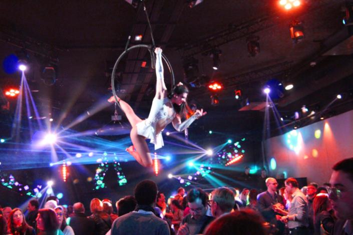 Danseuse aérienne dans cerceau lors d'une soirée d'entreprise - Agence Butterfly