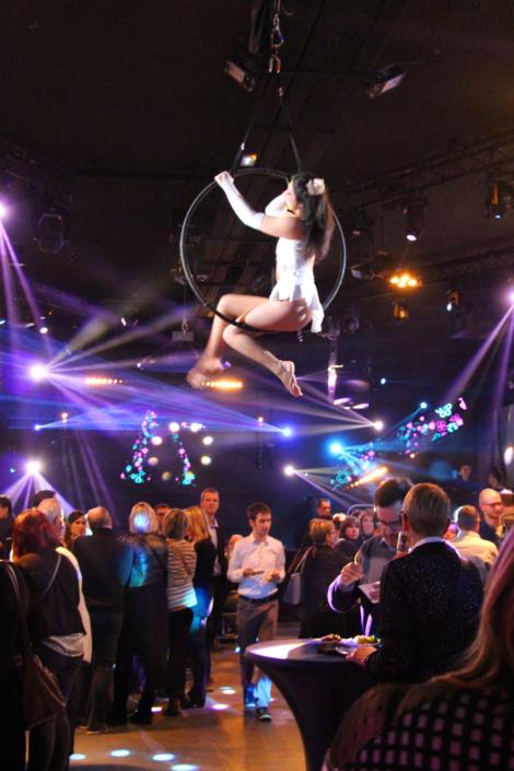 Danseuse aérienne lors d'une soirée coroprate - Agence Butterfly