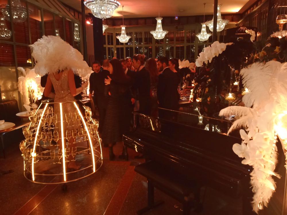 Service du champagne lors d'une soirée Gatsby Le Magnifique - Agence Butterfly