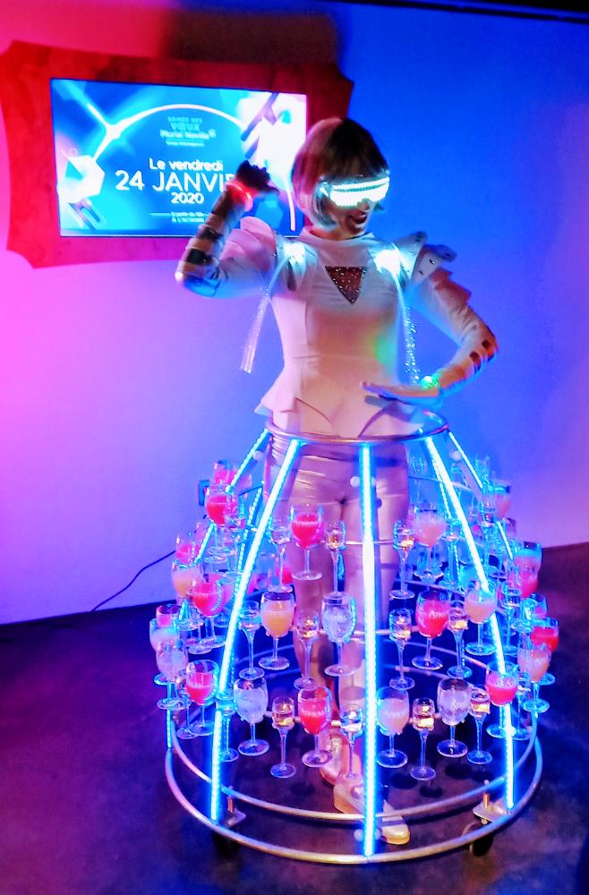 Tenue futuriste avec Led Bleu et rose pour notre robe à champagne - Agence Butterfly