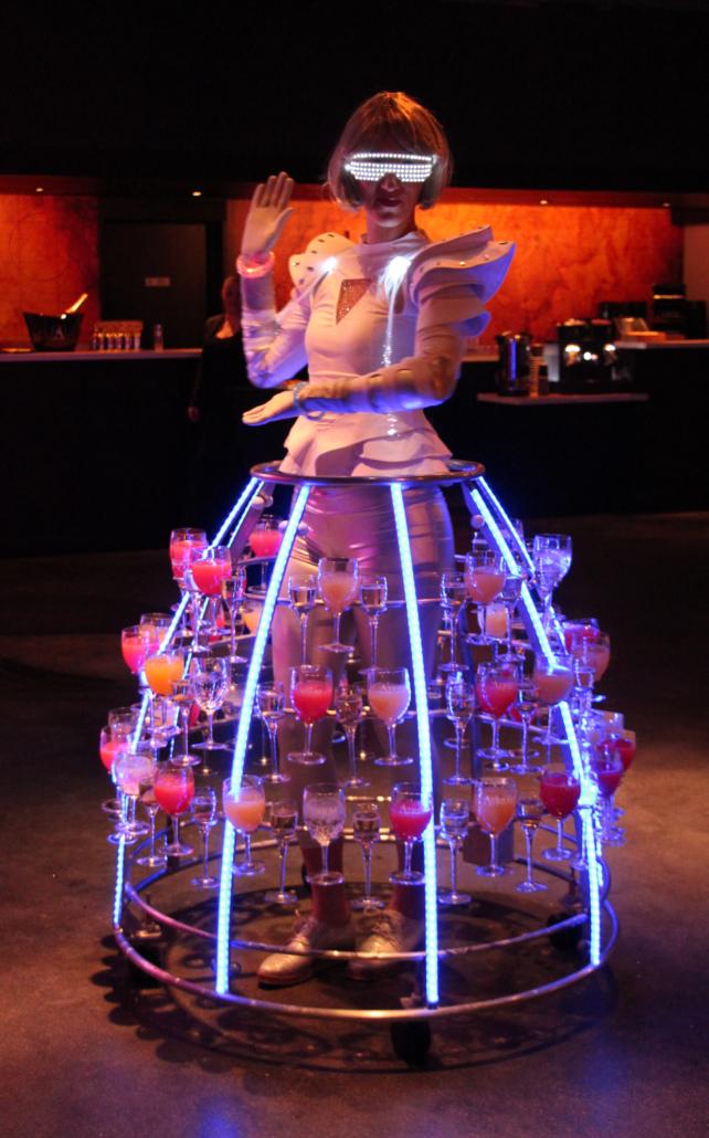 Tenue futuriste pour le service de cocktails lors d'une soirée d'entreprise - Agence Butterfly