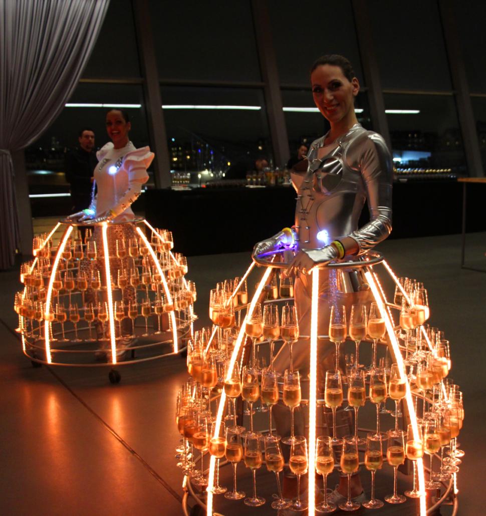 Hôtesse futuriste robe à champagne - Agence Butterfly