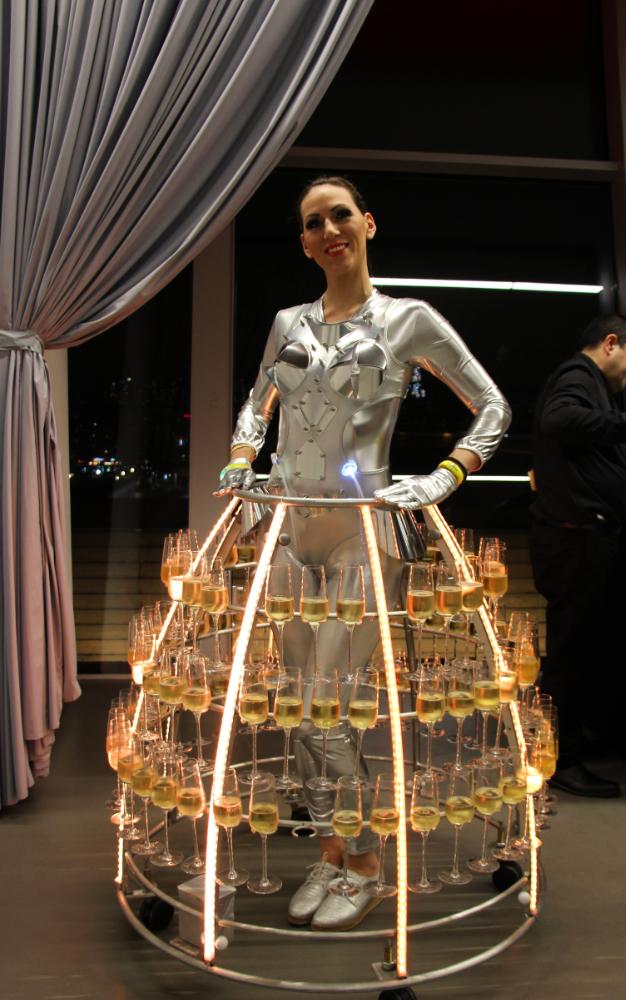 Robe à champagne avec tenue futuriste argentée par Agence Butterfly