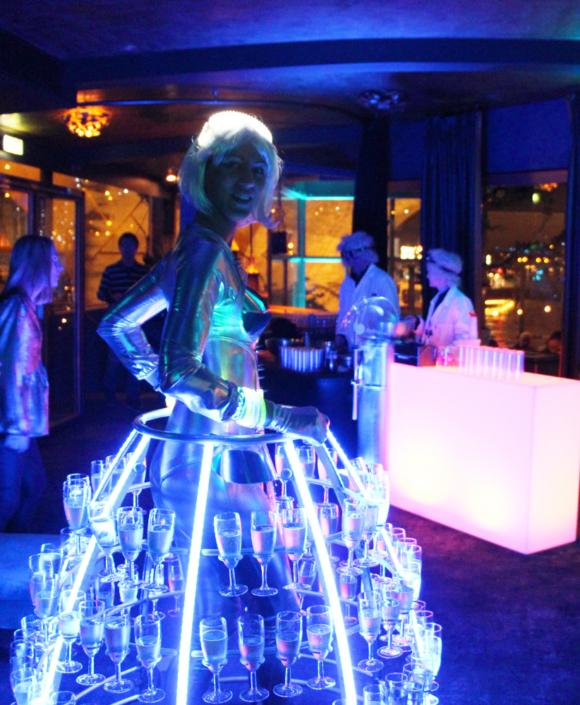 Robe à champagne futuriste - devant bar