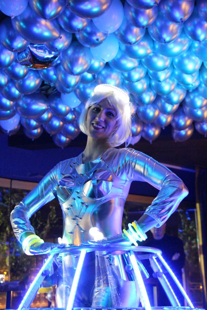 Tenue futuriste argent avec éclairage violet - Robe à champagne - Agence Butterfly