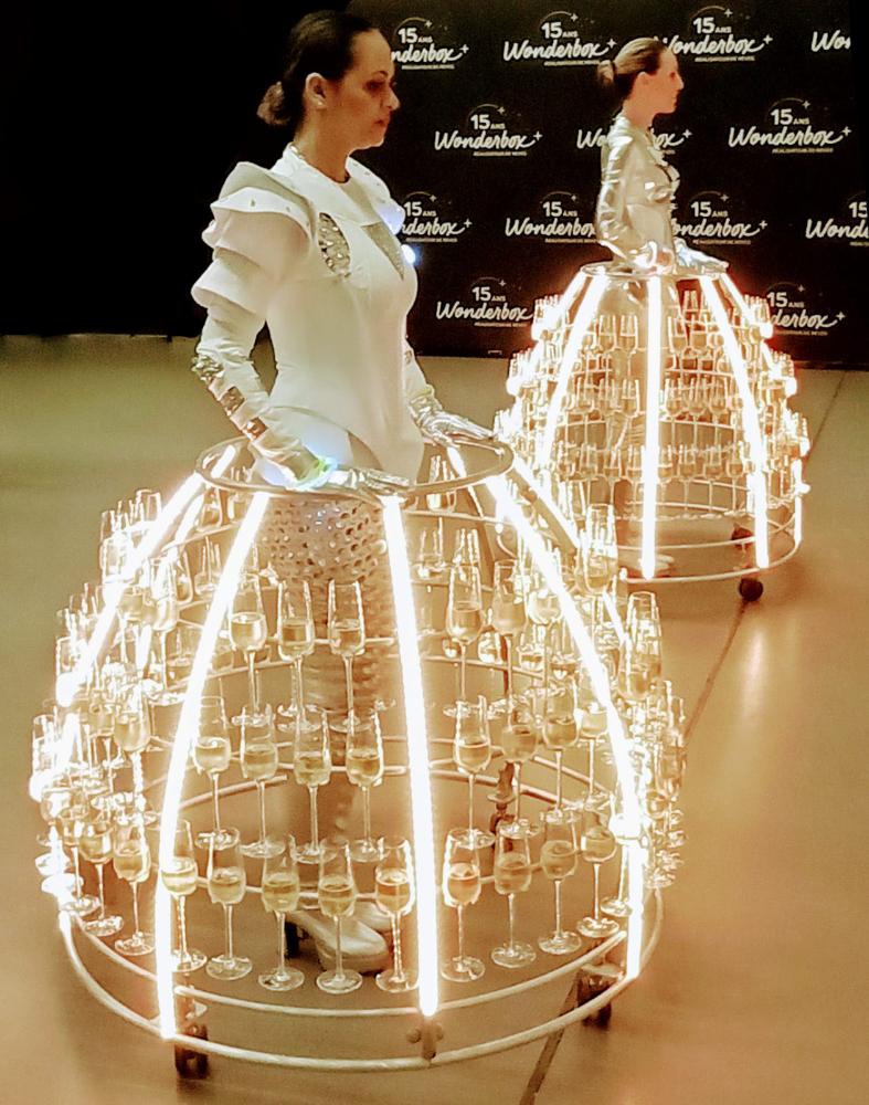 Tenue futuriste pour hôtesse robe à champagne de l'Agence Butterfly