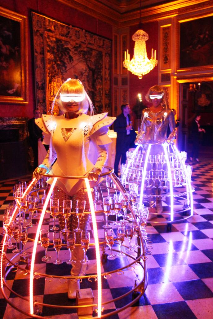 Château de Vaux Le Vicomte - Robe à champagne futuriste pour l'accueil des clients - Agence Butterfly