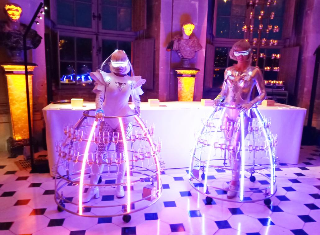 Robe futuriste pour service du champagne au château de Vaux Le Vicomte - par Agence Butterfly
