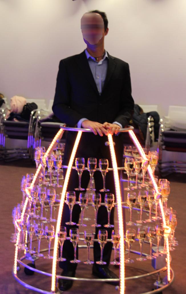 Un directeur offre le champagne à ses collaborateurs - Agence BTenue masculine pour monsieur champagne - Agence Butterfly